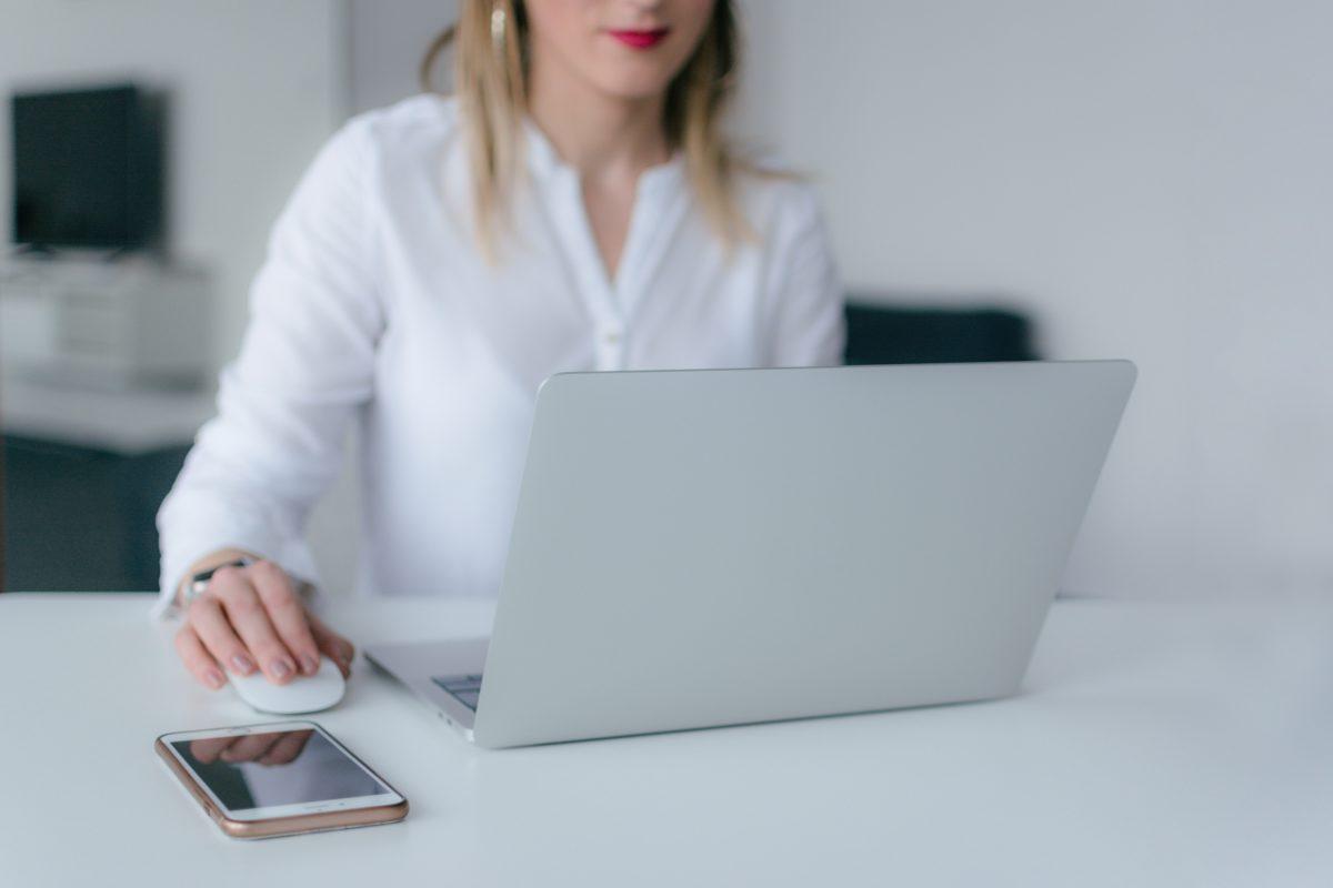 femme-devant-un-ordinateur